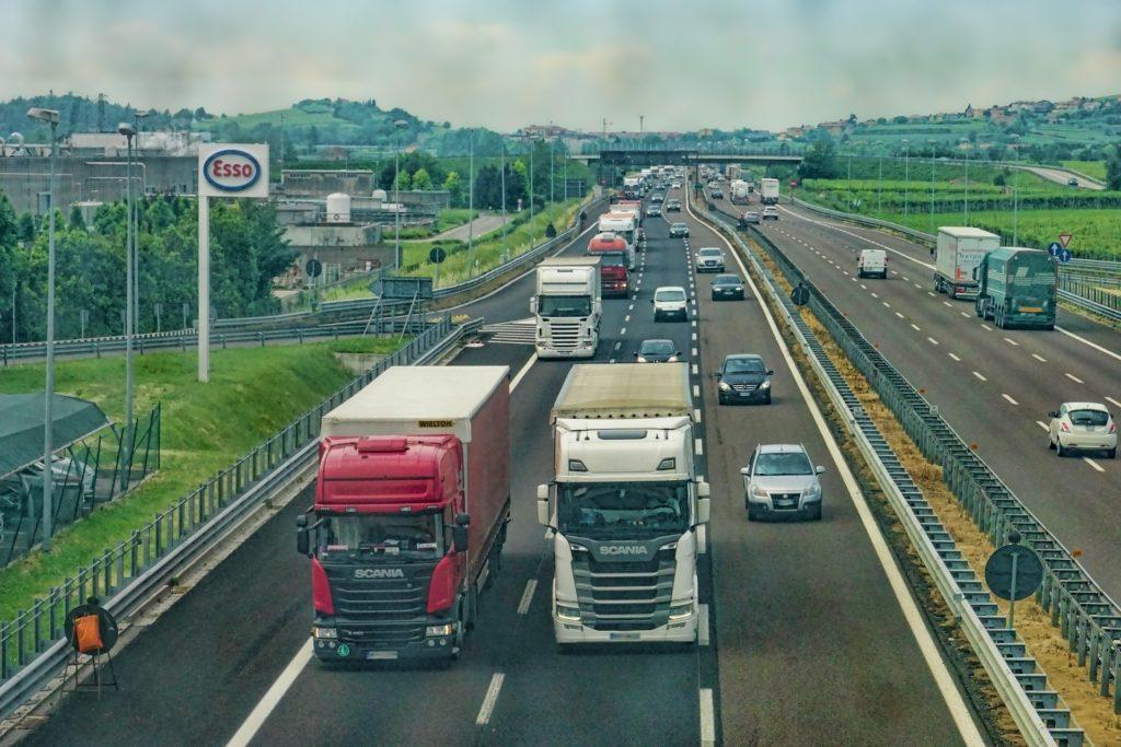 Autostrada con auto e Camion